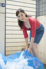 冴君麻衣子  ヤリマンと噂の隣の奥さんは浮きブラでゴミ出し場に現れる